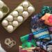 Βάφουμε διακοσμητικά αυγά με μαντίλια και φουλάρια (ΒΙΝΤΕΟ)